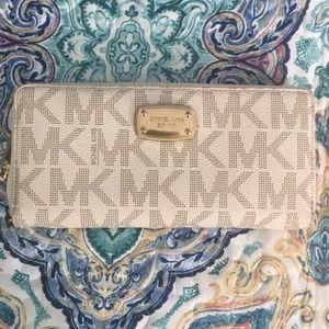 Michael Kors Vanilla Wallet ✨